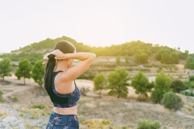 若い女性の屋外トレーニング