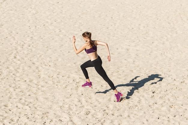 スポーツ健康的なライフスタイルの秋の日差しの概念で屋外トレーニング若い女性