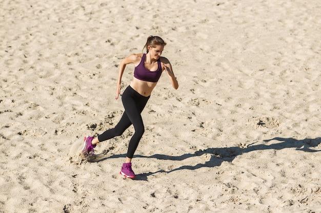 秋の日差しの中で屋外でトレーニングする若い女性。