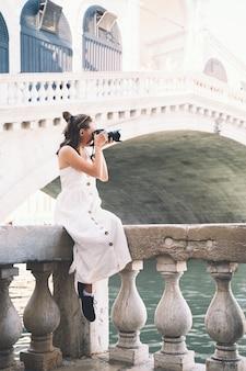 젊은 여성은 유럽에서 이탈리아 휴가를 여행하며 베니스에서 아름다운 전망을 즐길 수 있습니다.