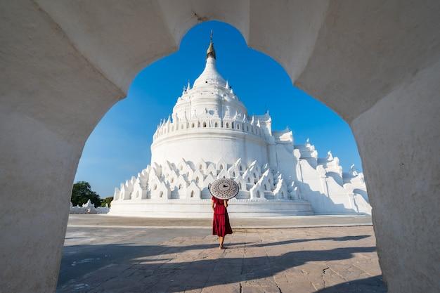 Молодая женщина-путешественница в пагоде синбюме, известном месте в мьянме