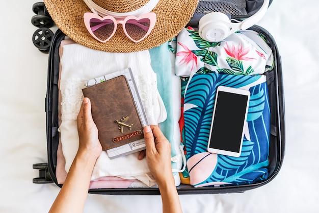 여행 가방과 수하물 준비 여권을 들고 젊은 여자 여행자
