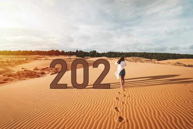 Молодая женщина-путешественница гуляет по красным песчаным дюнам во вьетнаме, концепция образа жизни путешествия 2021 года