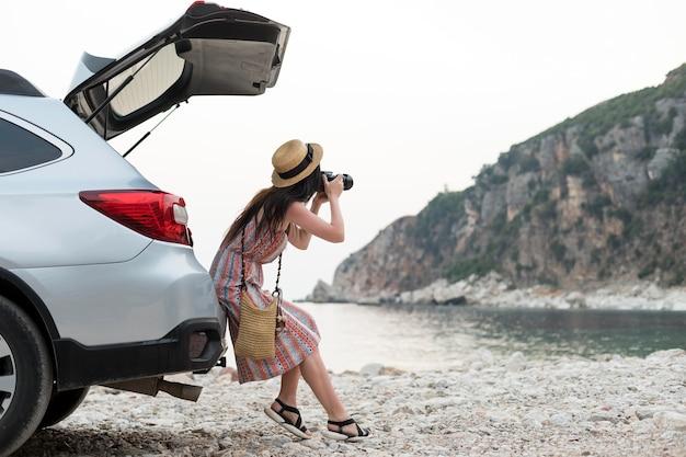 몬테네그로에서 혼자 여행하는 젊은 여성