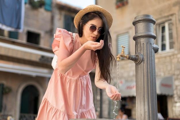 Giovane donna che viaggia da sola in montenegro