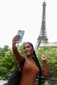 旅行とパリで楽しんでいる若い女性