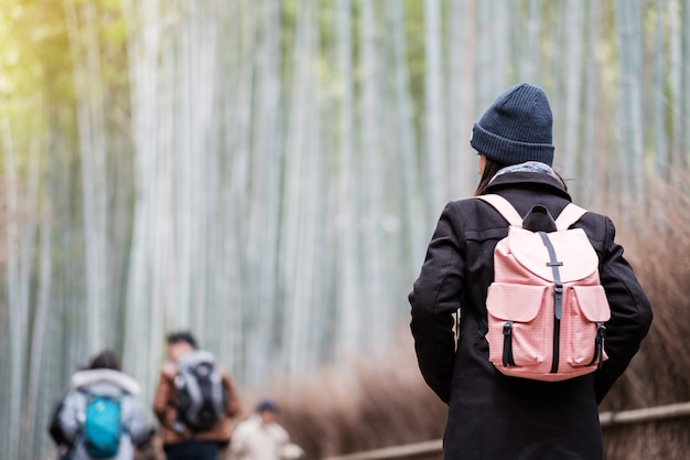 嵐山竹林、travel野竹林を探して幸せなアジア旅行者で旅行する若い女性。京都の観光名所として人気があります。アジア旅行の概念