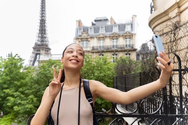 Giovane donna che viaggia e si diverte a parigi