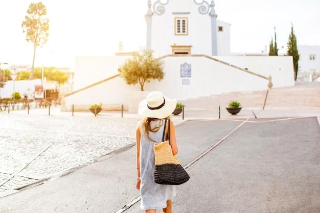 포르투갈 남쪽의 알부페이라 마을을 여행하는 젊은 여성
