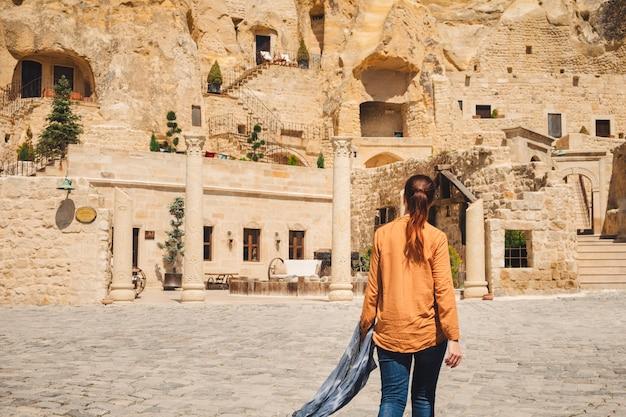 터키어 urgup 마을 여행하는 젊은 여자
