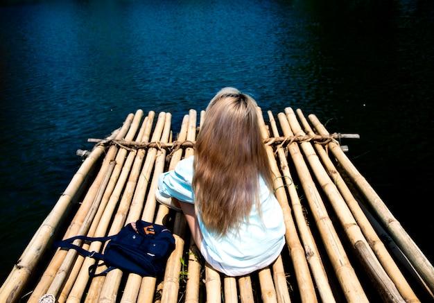 Молодая женщина, путешествуя по плоту