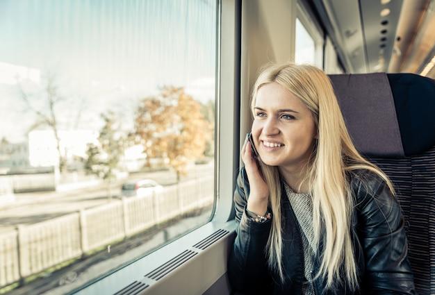 기차를 타고 여행하는 젊은 여자