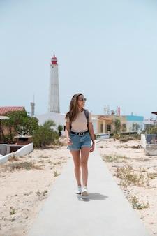 Giovane donna in viaggio senza covid in riva al mare