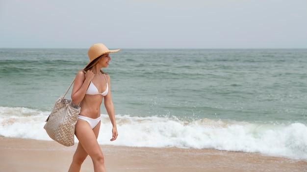 바다로 covid 없이 여행하는 젊은 여성