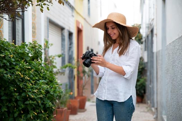 Молодая женщина, путешествующая без covid в городе