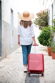 도시에서 covid 없이 여행하는 젊은 여성