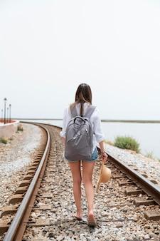 Covid 없이 여행하는 젊은 여성
