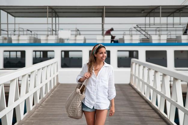 Молодая женщина, путешествующая без covid