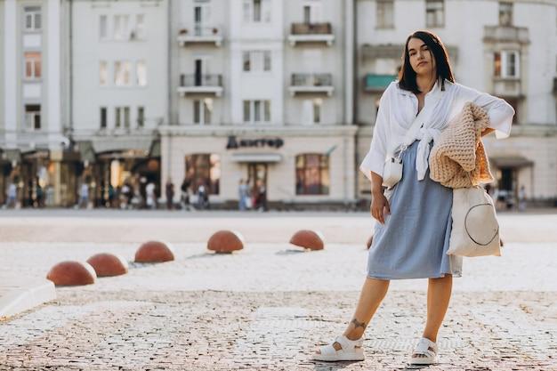 旅行と横断歩道の上に立って若い女性
