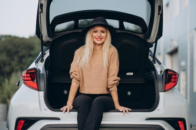 車で旅行し、休憩のために停止した若い女性
