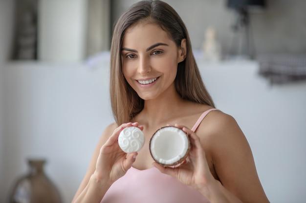 코코넛 오일로 새로운 비누를 tryng 젊은 여자