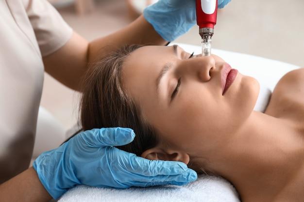 Молодая женщина, проходящая процедуру процедуры bb glow в салоне красоты