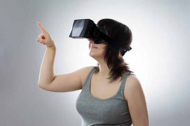 Молодая женщина использует очки виртуальной реальности