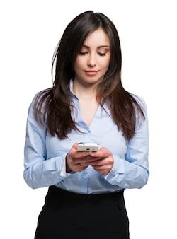 携帯電話を使用している若い女性