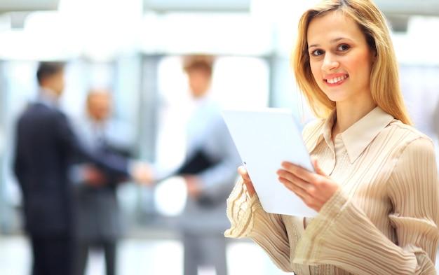 그녀의 사무실에서 태블릿을 사용 하여 젊은 여자