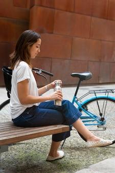 交通機関にエコウェイを使用している若い女性