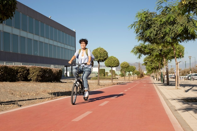 Giovane donna che usa la sua bicicletta pieghevole