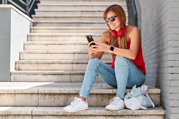 市内で彼女の携帯電話を使用して若い女性