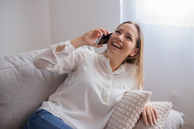 Молодая женщина, используя ее умный телефон