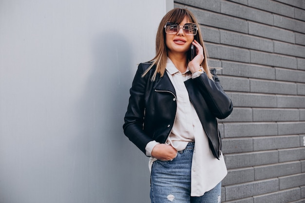Молодая женщина по телефону в торговом центре