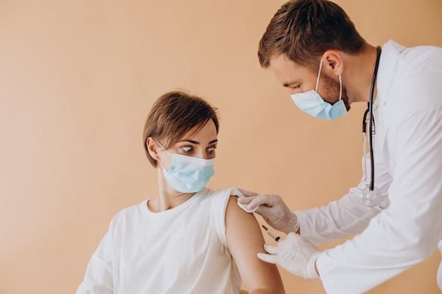 病院で予防接種をしている若い女性