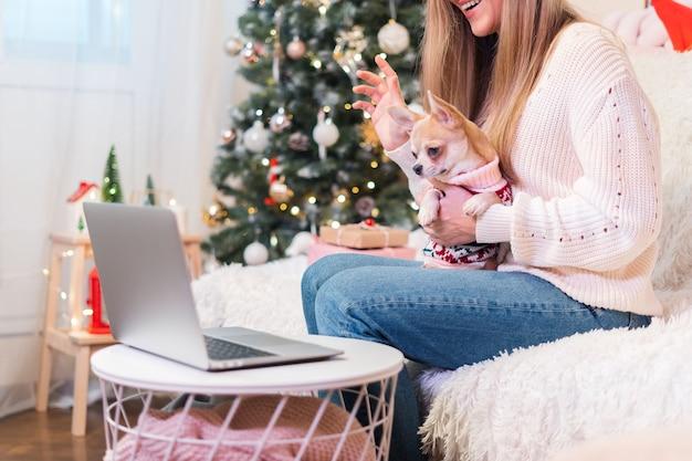 彼女のかわいい犬を提示するために家族を呼び出す若い女性のビデオ