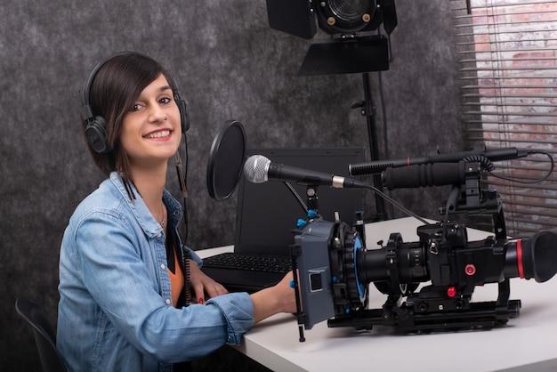 スタジオで働く若い女性のビデオエディター