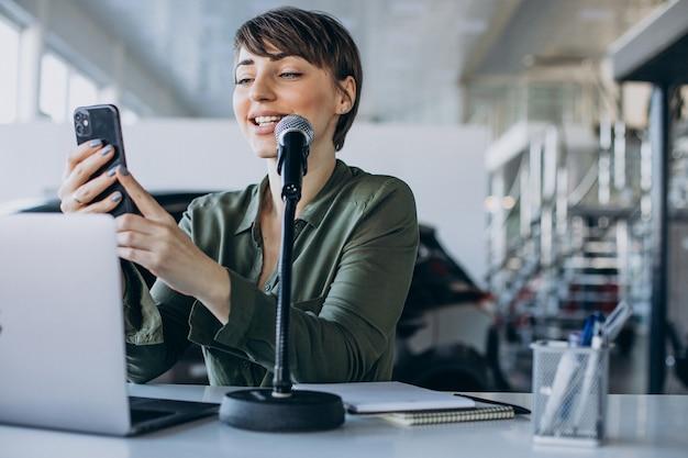 스튜디오에서 젊은 여성 동영상 블로거 녹음