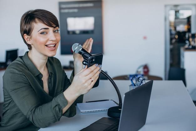 スタジオで録音する若い女性のvlogger