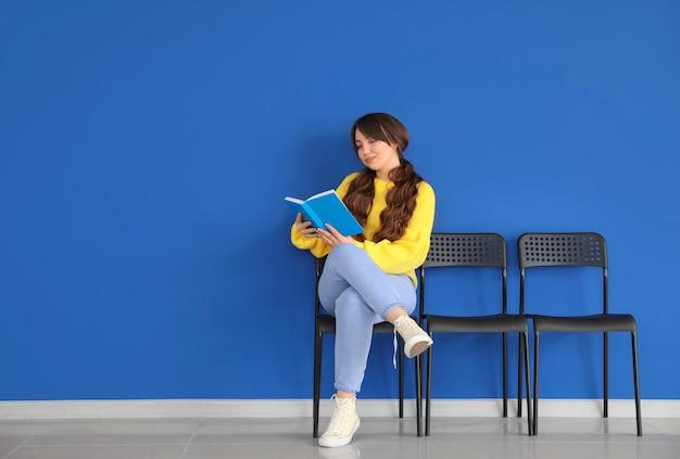 실내에서 그녀의 차례를 기다리는 젊은 여자