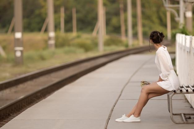 駅で誰かを待っている若い女性