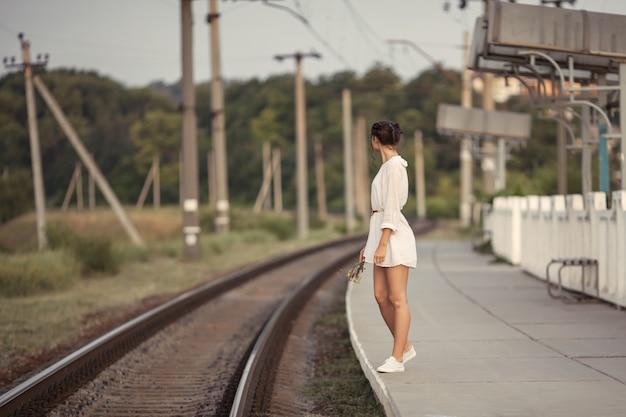 Молодая женщина ждет кого-то