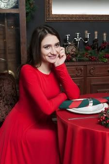 Молодая женщина ждет в винтажном ресторане