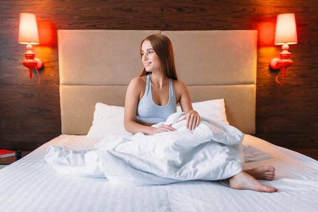 Молодая женщина просыпается утром, просыпается