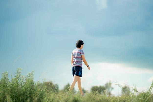 健康への道で運動を歩く若い女性、通りで運動を実行している若い人たち。