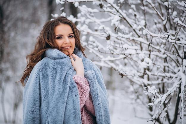 겨울 공원에서 걷는 젊은 여성