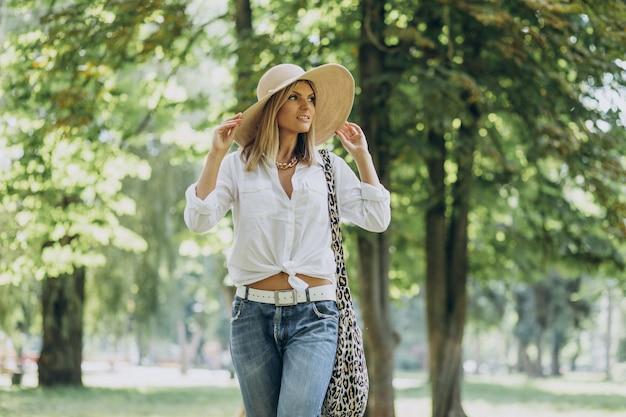 公園を歩いて若い女性