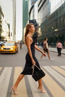 横断歩道を歩いて若い女性