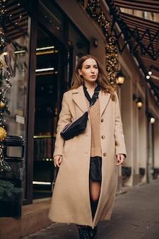 Giovane donna che cammina in strada