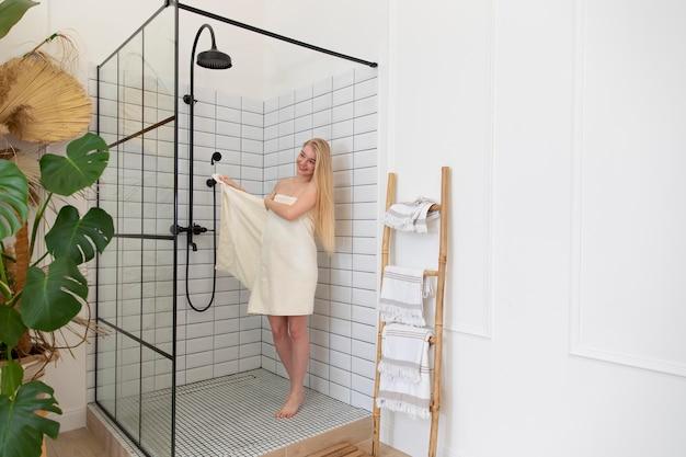 Молодая женщина, желающая принять душ